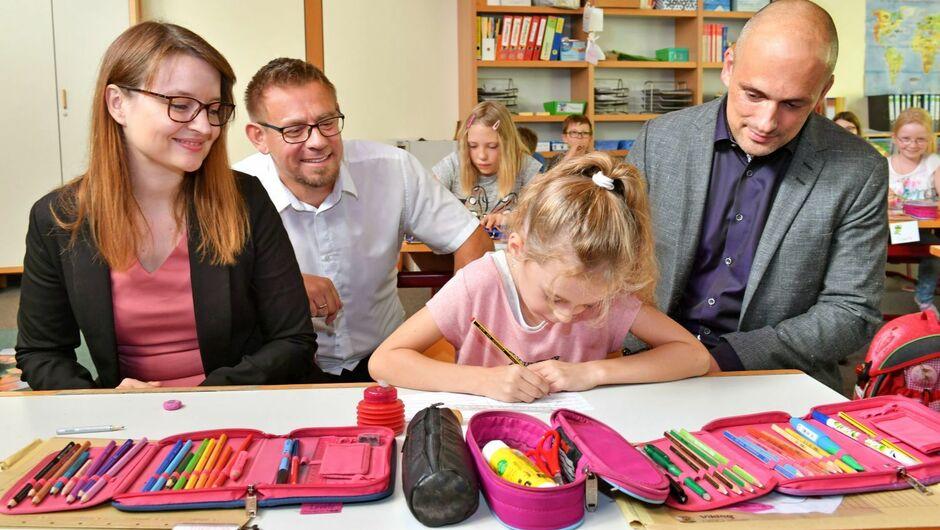 Die Abgeordnete Ronja Kemmer besuchte mit Bürgermeister Kevin Wiest die Grundschule und Kindertagespflege in Oberstadion. Kemmer lobte das große Engagement, das es in der Gemeinde in Sachen Kinderbetreuung gibt.