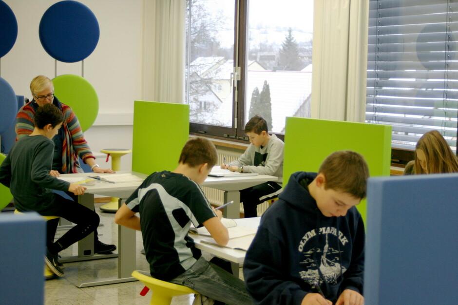 """Individuelles Arbeiten: Im """"Lernbüro"""" an der Schillerschule in Münsingen, die seit zweieinhalb Jahren Gemeinschaftsschule ist, gibt es Einzelplätze für die Schüler, die hier Lernstoff sich ganz nach ihrem eigenen Tempo erarbeiten."""