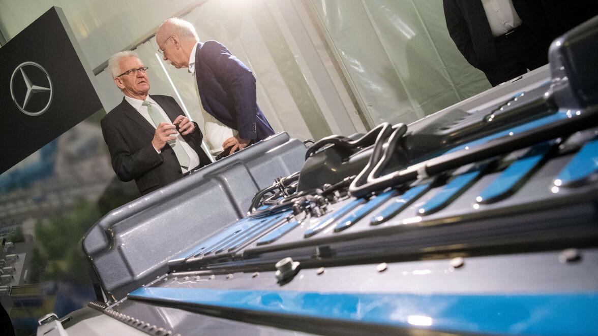 6dcabee24cf8cc Das wurde auch Anfang April bei der Grundsteinlegung für eine  Batteriefabrik von Daimler in Esslingen klar. Im Bild Daimler-Chef Dieter  ...