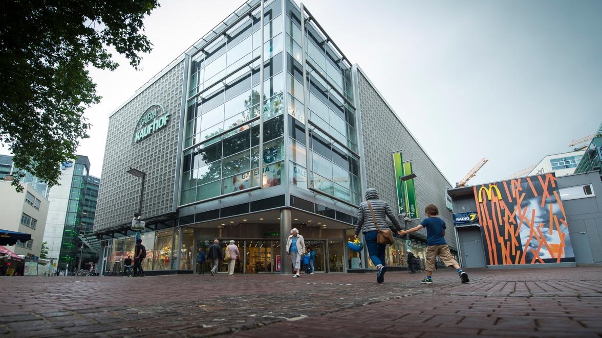 9ce39e942c Drinnen bekommen die Kaufhof-Mitarbeiter aber bereits die Folgen der Fusion  mit Karstadt zu spüren: Zwei Dutzend verlieren ihren Job.