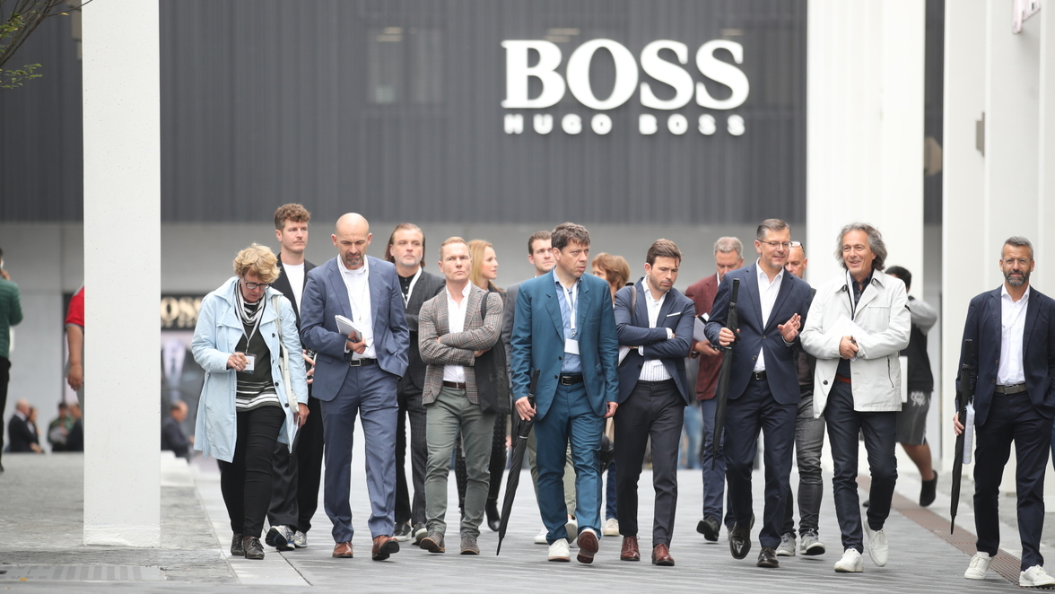 Outletcity Metzingen Hugo Boss: Boss-Store - Rundgang vor ...