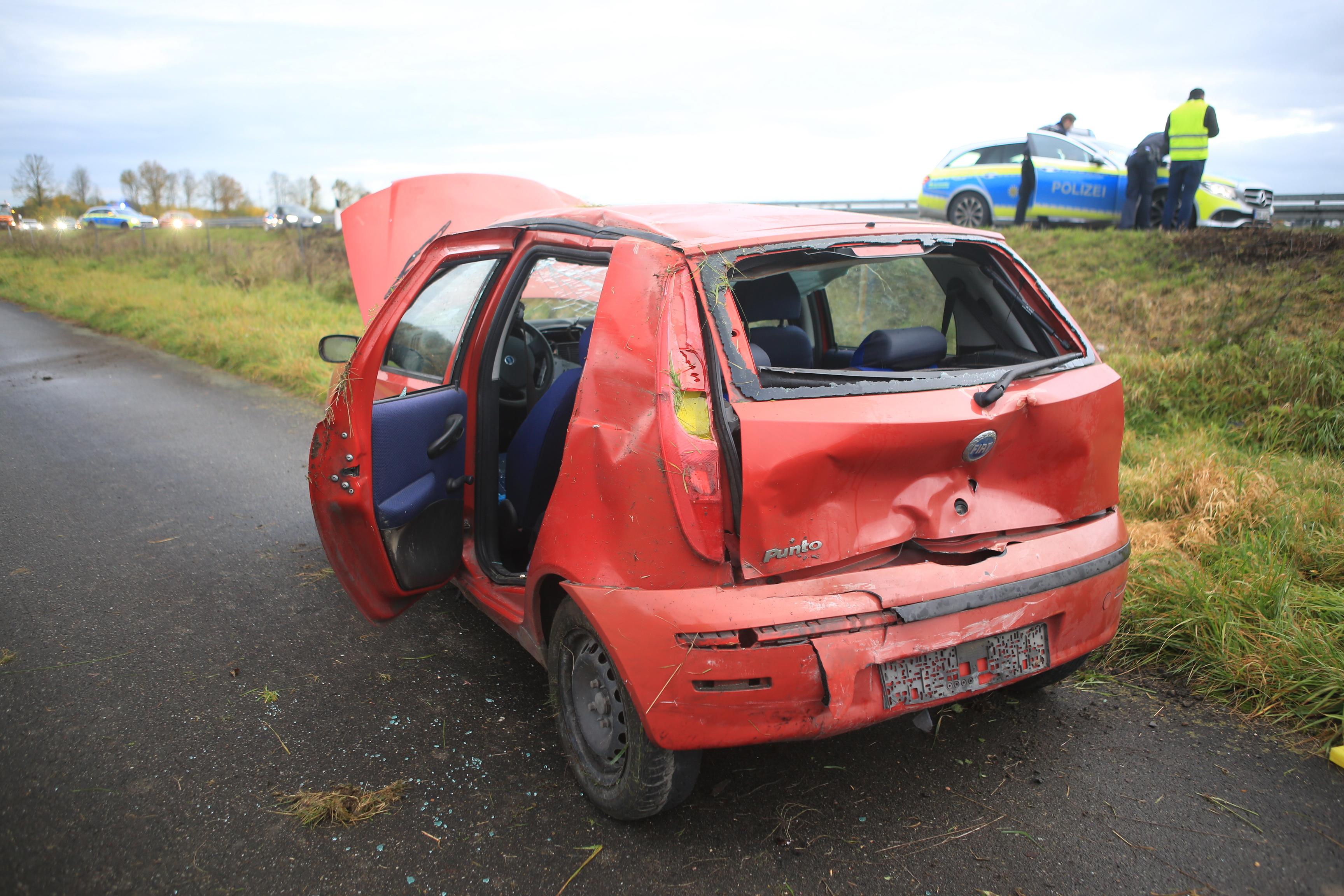 Unfall und Stau B30 Laupheim: Auto überschlägt sich nach Crash auf Bundesstraße – Mann schwer verletzt - SWP