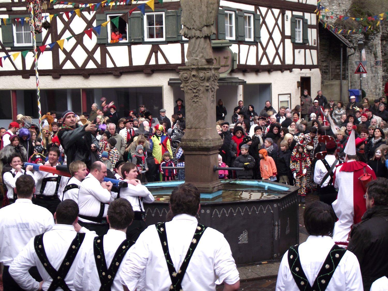 Fasnet in Haigerloch: Fürs Bräuteln kommen die Steine aus dem Brunnen raus - SWP