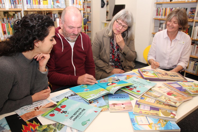 Stadtbücherei Crailsheim: Regal für fremdsprachige Bücher wird eingeweiht - SWP