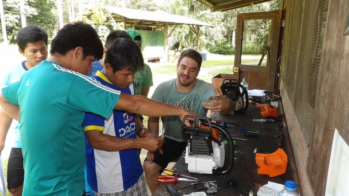 Matthias Schüttler (rechts) übernimmt im peruanischen Urwald Reparaturen, vor allem aber die Ausbildung künftiger Ausbilder.