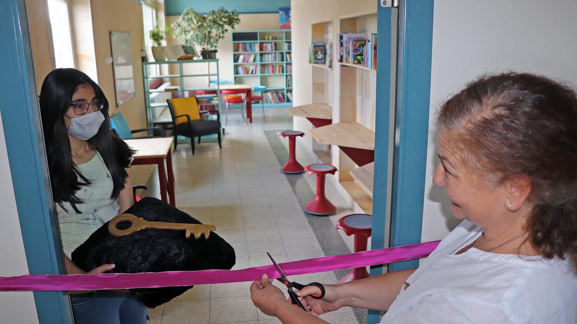 Schulleiterin Nicole Breitling eröffnete die neue Schulbücherei der Schillerschule ganz offiziell. Fünftklässler hatten den Neustart mit großem Engagement ermöglicht.
