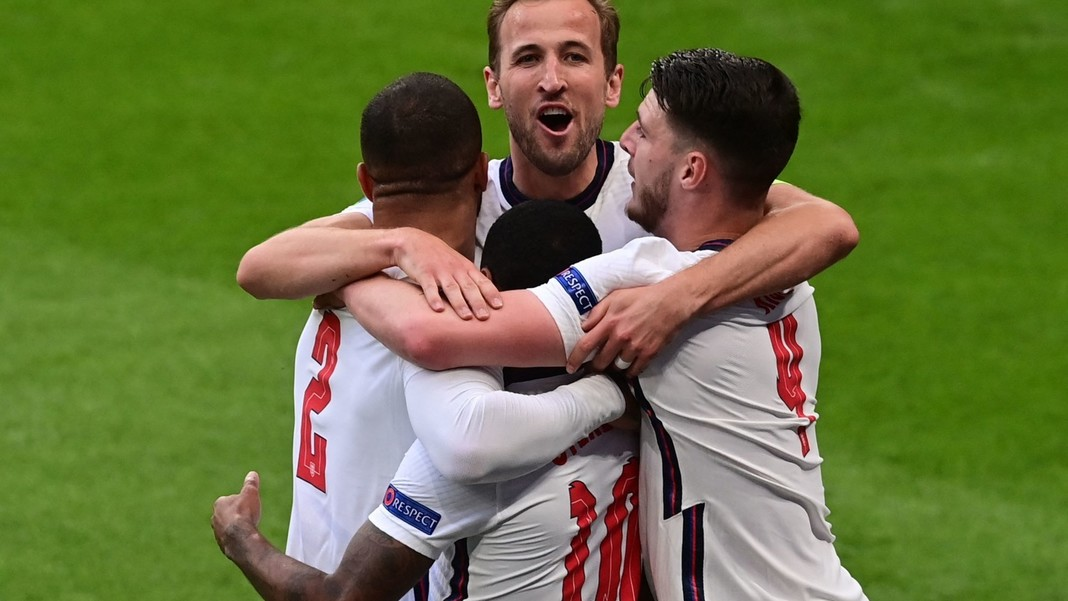 Topshot - El delantero de Inglaterra Raheem Sterling (centro) celebra el gol de apertura con sus compañeros de equipo (LR), el defensor de Inglaterra Kyle Walker, el delantero de Inglaterra Harry Kane y el mediocampista de Inglaterra Declan Rice durante el partido de fútbol de la UEFA Euro 2020 Grupo D entre la República Checa e Inglaterra en Wembley.  Un estadio en Londres el 22 de junio de 2021 (Foto de NEIL HALL / POOL / AFP)