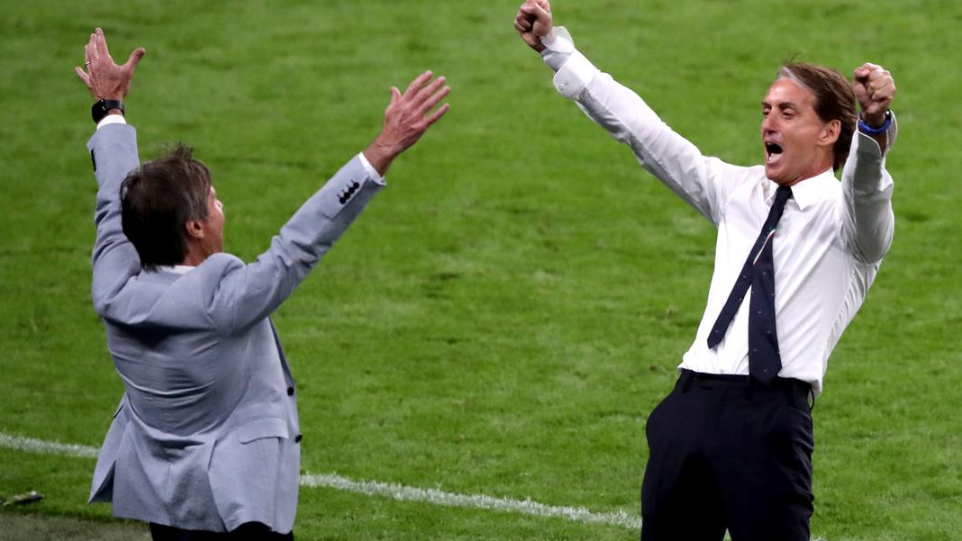 L'allenatore di successo dell'Italia Roberto Mancini (a destra) dovrà ricostruire la sua squadra dopo l'infortunio di Spinazzola.
