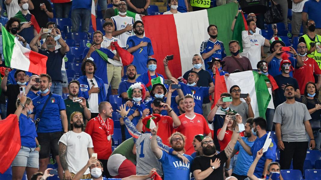 """I tifosi italiani vogliono esultare anche nella semifinale contro la Spagna.  tira """"  Squadra Azzurra """"Squadra Azzurra""""  Nella finale dell'EM 2021?"""