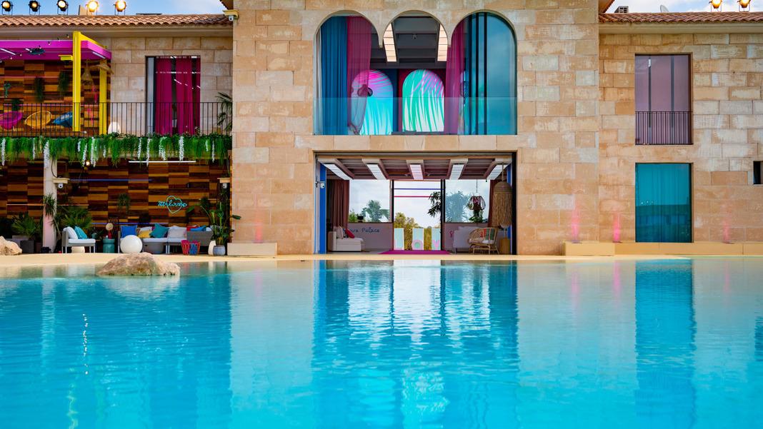 La piscina es el corazón del sitio rotatorio.