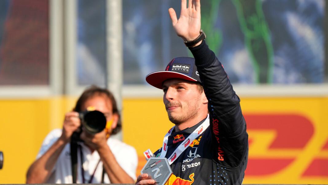 Max Verstappen z Holandii z Red Bull Racing zajmuje pierwsze miejsce w sprincie przed wyścigiem na torze Monza.