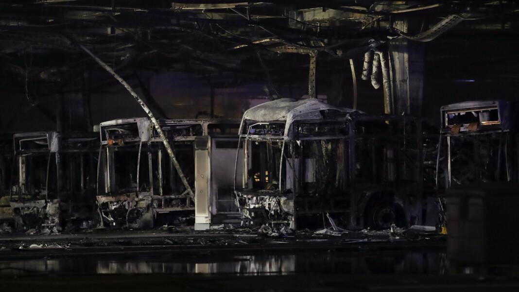 Ausgebrannte Busse sind nach Löscharbeiten in einem Depot für Busse zu sehen. Am Abend ist es zu einem Brand im Busdepot der Stuttgarter Verkehrsbetiebe gekommen.