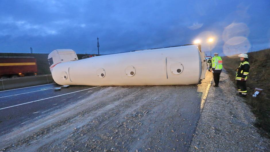 Umgekippter Tanklaster auf der A8: Kraftstoff läuft bei Dornstadt ins Erdreich