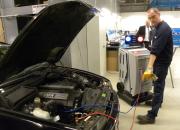 Neu gegen alt ist auch bei Altfahrzeugen keine Sache für den hilfreichen Nachbarn. Das Einfüllen von r1234yf in bestehende Klimaanlagen verlangt Sachwissen und eine passende Werkstattausstattung.