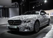 Die neue E-Klasse von Mercedes-Benz startet im kommenden Jahr mit einer ganzen Reihe neuer Assistenz-Systeme, die Daimler bereits jetzt anhand eines Erlkönigs im Tarnanzug präsentiert hat.